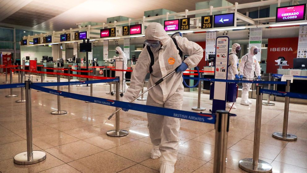 El Ejército entra en Cataluña: desinfecta el puerto y el aeropuerto de BCN