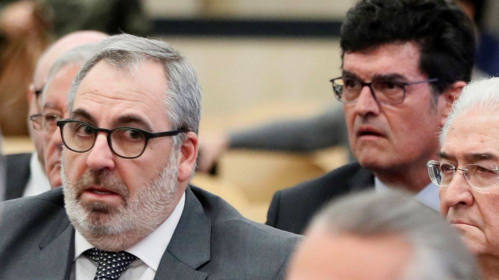 Foto: Vicente Cotino, en primer término, en el juicio de la financiación ilegal del PP valenciano. (EFE)