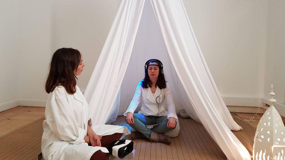 Foto: La psicóloga Noelia Mata en la haima con una usuaria a la que se le mide su actividad cerebral. (The Institute of Joy of Quirimbas)