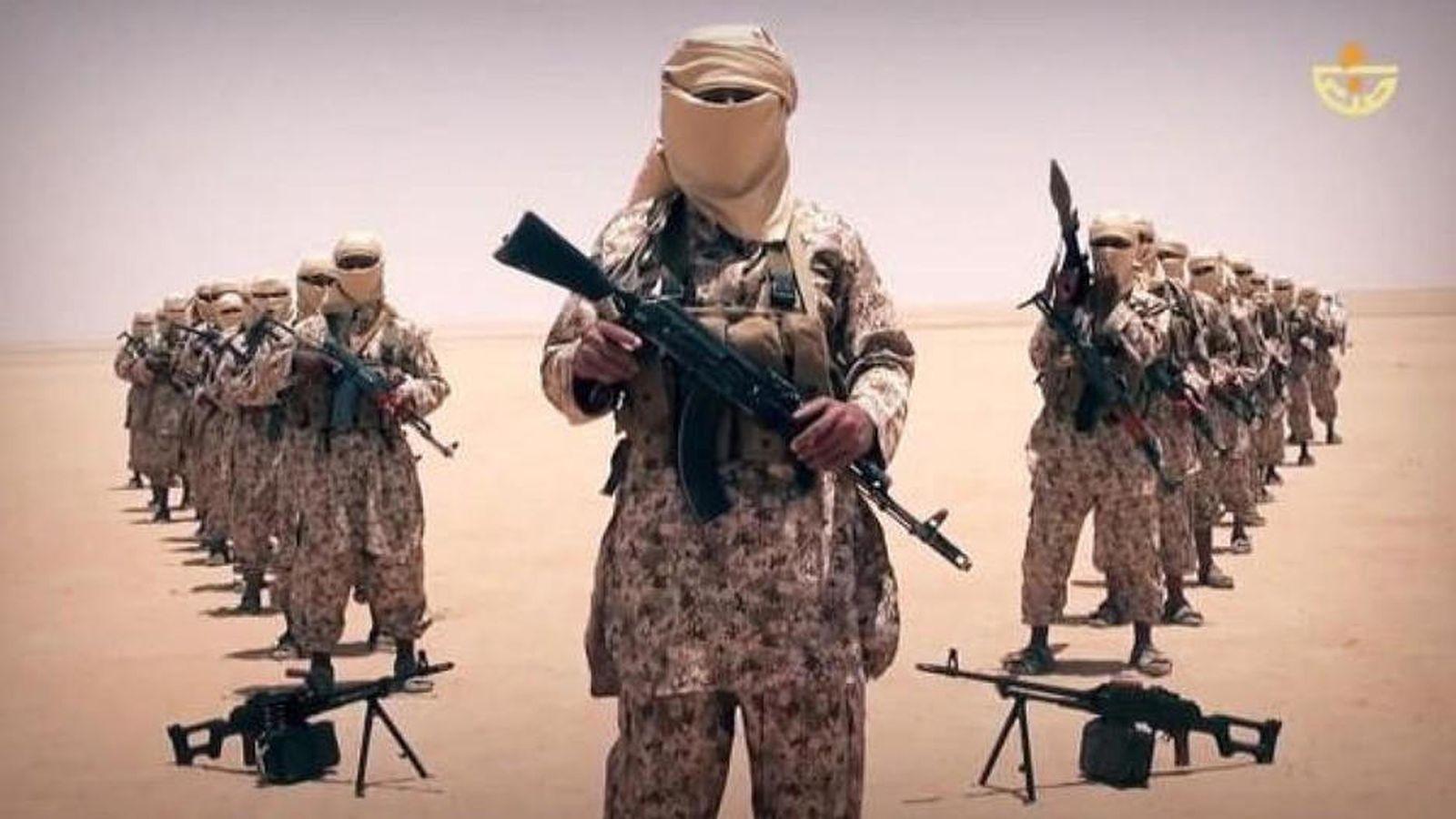 """Foto: Captura del video en el que el Estado Islámico anuncia la creación de su """"provincia en Yemen"""", en abril de 2015"""