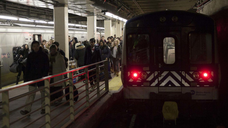 AirPods por los suelos, el problema que está retrasando el metro de Nueva York