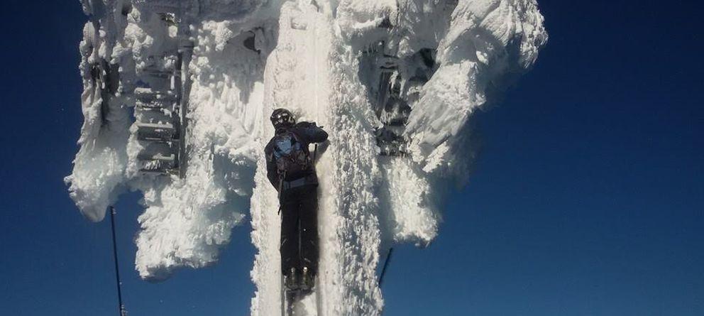 Foto: Un peón desbloquea los telesillas en Sierra Nevada. (Foto: CCOO)