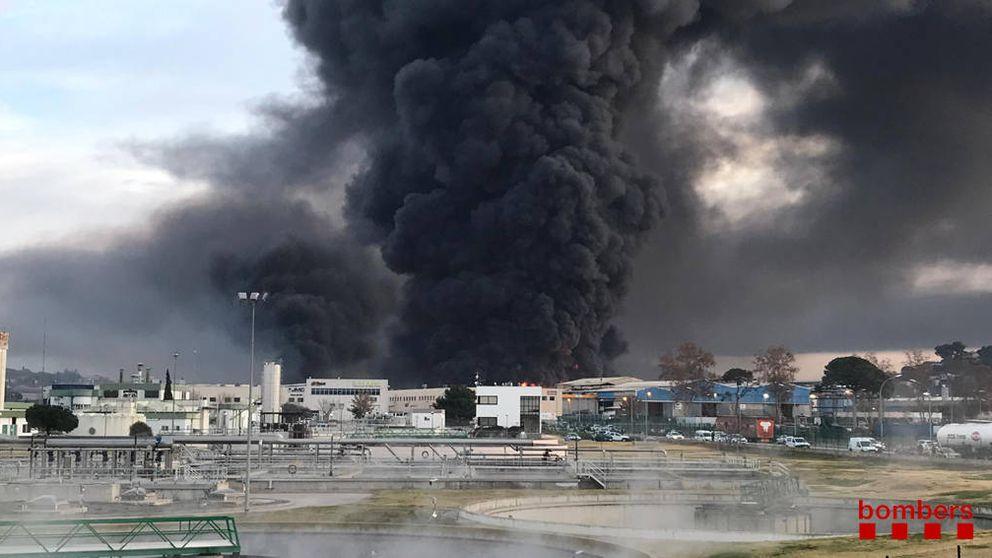 Un incendio industrial en Barcelona confina vecinos y contamina el río Besòs