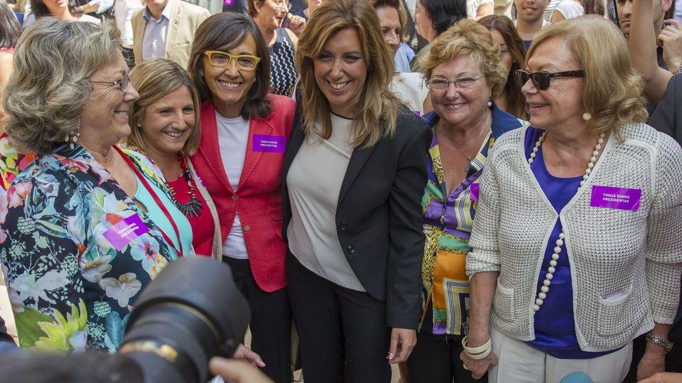 Foto: Susana Díaz junto a Rosa Aguilar (3i) en una imagen de archivo. (EFE)