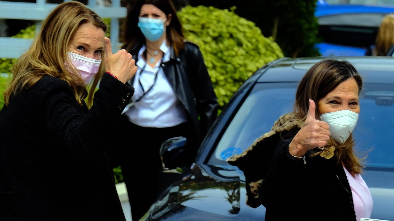 Amalia y Celia García Obegón, a la salida del hospital. (Cordon Press)