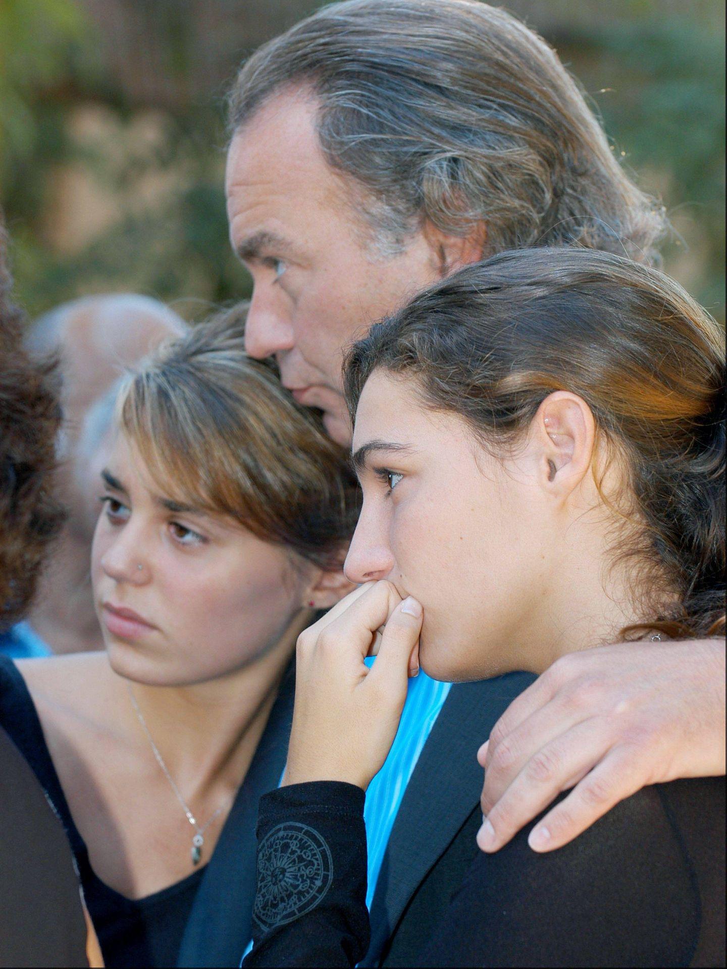 Bertín Osborne y sus hijas en el último adiós a Sandra Domecq. (Gtres)