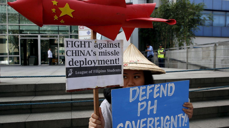 Una manifestante de la Liga de Estudiantes Filipinos protesta contra el sistema de misiles en las islas Woody (Reuters).