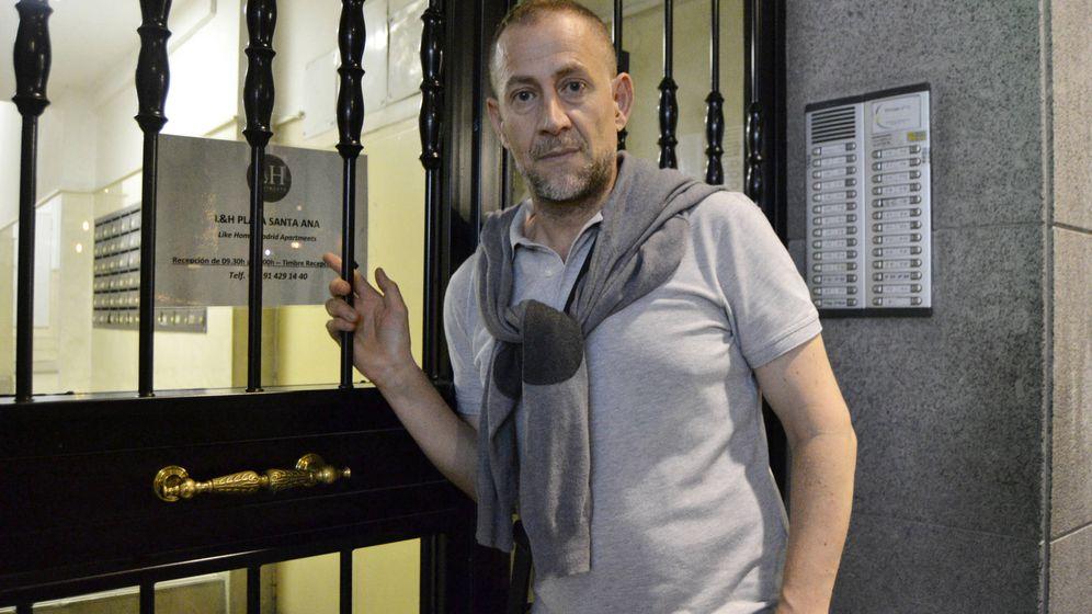 Foto: Luis en la entrada de su casa que alberga 43 viviendas turísticas. (M. Z.)