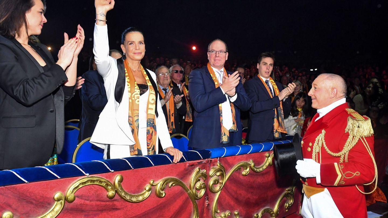 Alberto II de Mónaco, junto a Estefanía y sus hijos Louis y Pauline Ducruet, en la gala del Festival Internacional de Circo de Montecarlo el año pasado. (EFE)