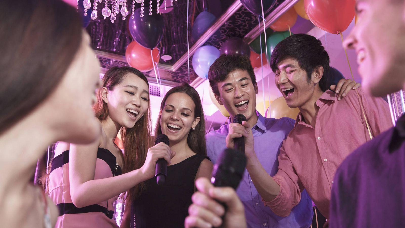 Foto: A tope en el karaoke. (iStock)