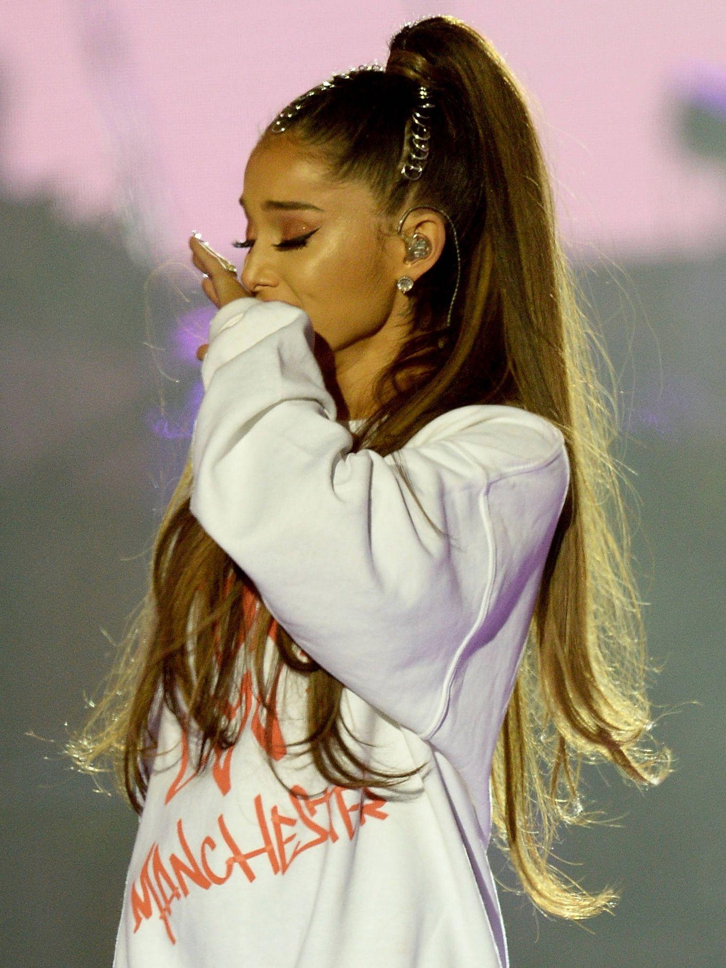 Ariana emocionada tras el concierto benéfico que organizó para las víctimas. (Getty)