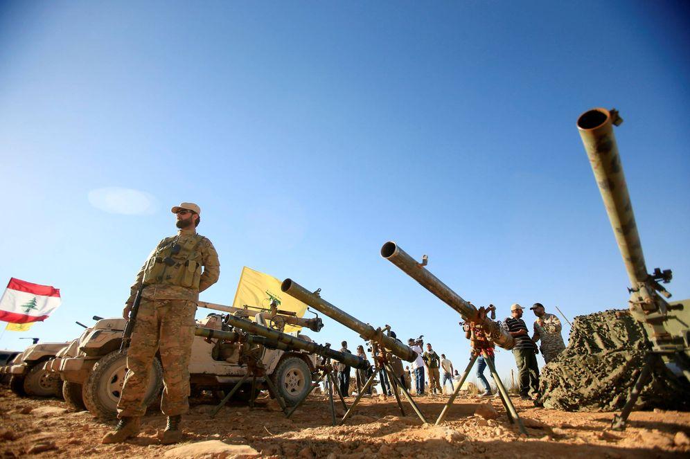 Foto: Un combatiente de Hizbulah, frente a artillería antitanque en Juroud Arsal, en la frontera entre Siria y Líbano, el 29 de julio de 2017. (Reuters)