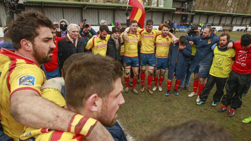 Foto: La piña de España tras la dolorosa derrota en Bélgica. (EFE)