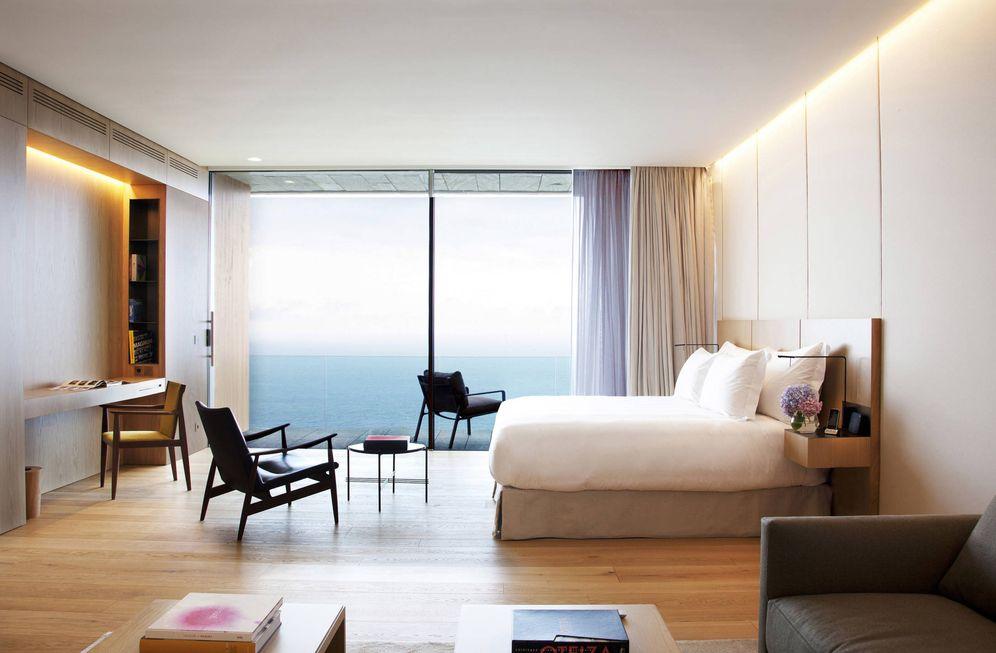 Foto: Una habitación del hotel Akelarre y el mar.