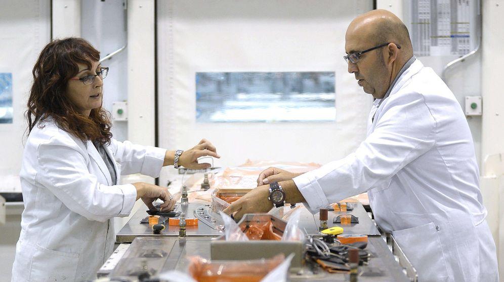 Foto:  Dos trabajadores de la empresa Aciturri. (EFE)