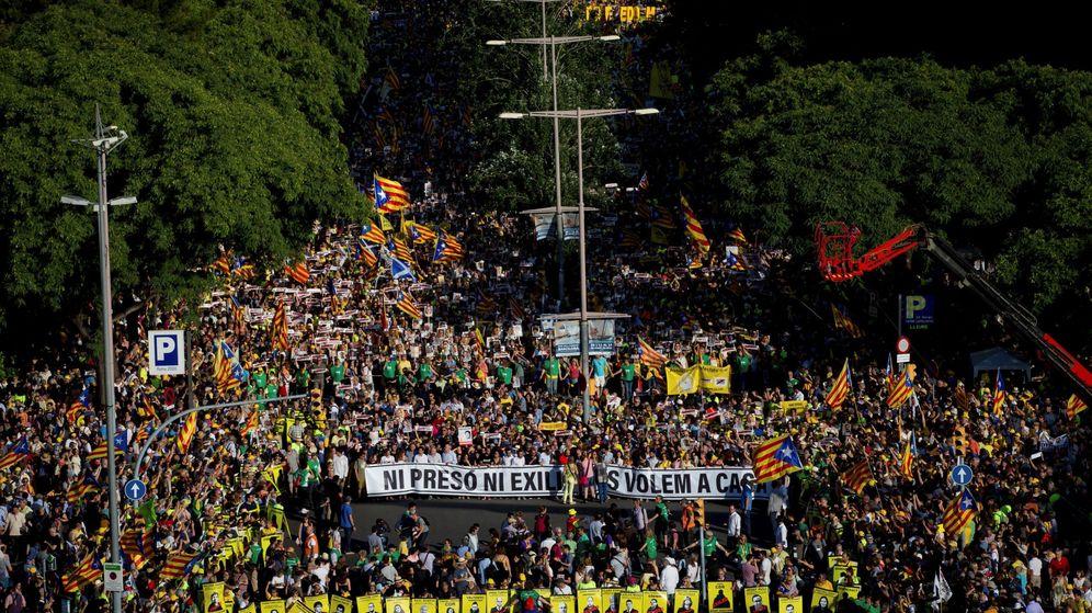 Foto: Manifestación organizada por ANC, Òmnium Cultural y la Asociación Catalana de Derechos Civiles (ACDC) que, bajo el lema 'Ni prisión ni exilio, os queremos en casa', en julio. (EFE)