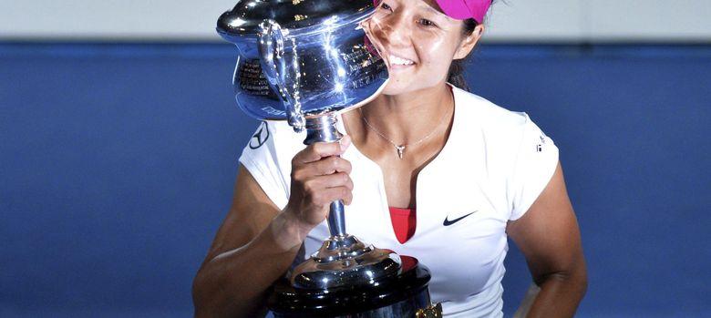 Foto: Na Li sostiene el trofeo de campeona del Open de Australia (Efe).