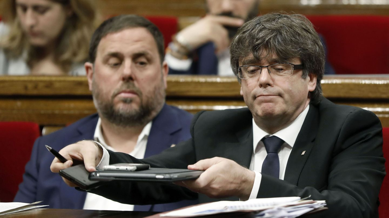 Carles Puigdemont y su vicepresidente, Oriol Junqueras, el pasado 28 de junio en el Parlament. (EFE)