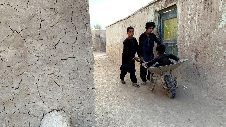 Dos niños en Kabul, capital de Afganistán. (EFE)