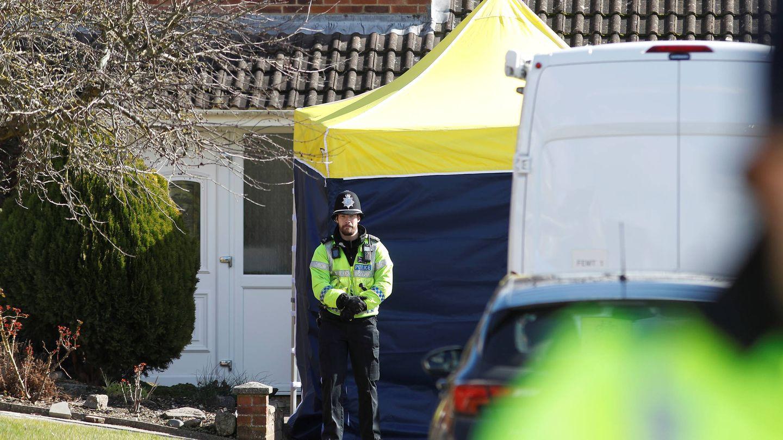 Un agente ante la vivienda de Serguéi Skripal, en Salisbury, Reino Unido. (Reuters)