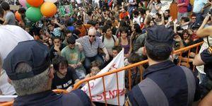La Policía carga contra los indignados concentrados frente a las Corts valencianas
