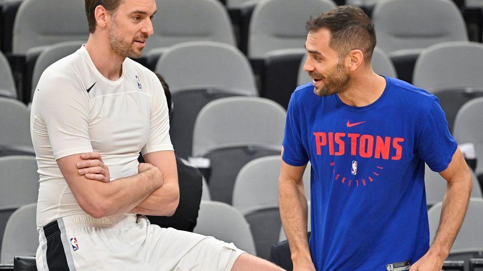 Foto: Pau Gasol y José Manuel Calderón hace un par de días antes del partido entre los Spurs y los Pistons. (EFE)
