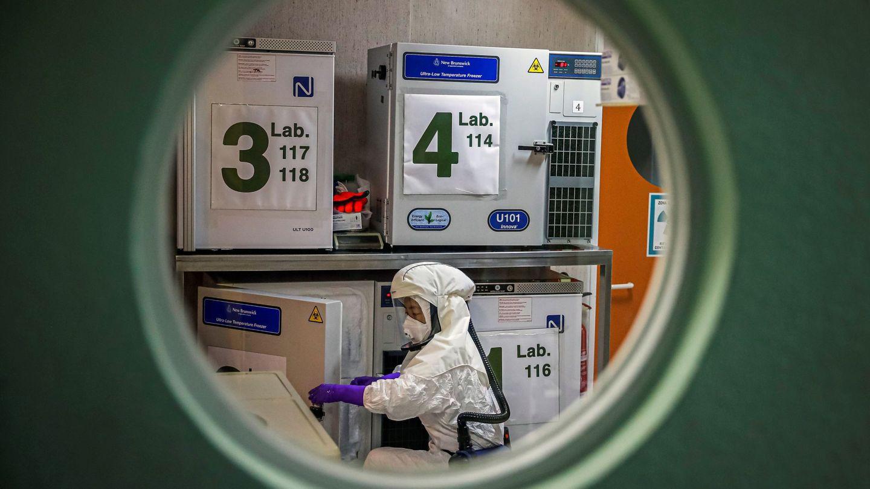 Un trabajador, en el laboratorio de alta seguridad en el Centro Nacional de Biotecnología de Madrid. Este centro colaborará 'estrechamente' con el hospital estadounidense Mount Sinai de Nueva York para la consecución de una vacuna contra el coronavirus. (EFE)
