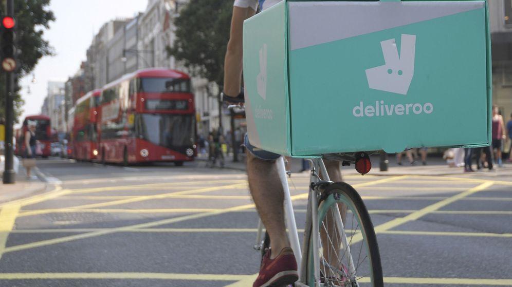 Foto: Un trabajador de Deliveroo recorre las calles de Londres para entregar un pedido. (Reuters)