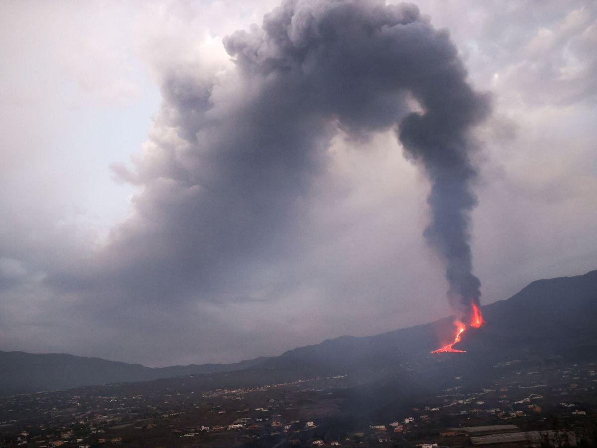 Foto: El volcán de La Palma sigue en erupción. (Reuters)