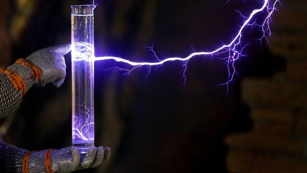 Foto: Experimento con agua y un rayo eléctrico. (EFE)