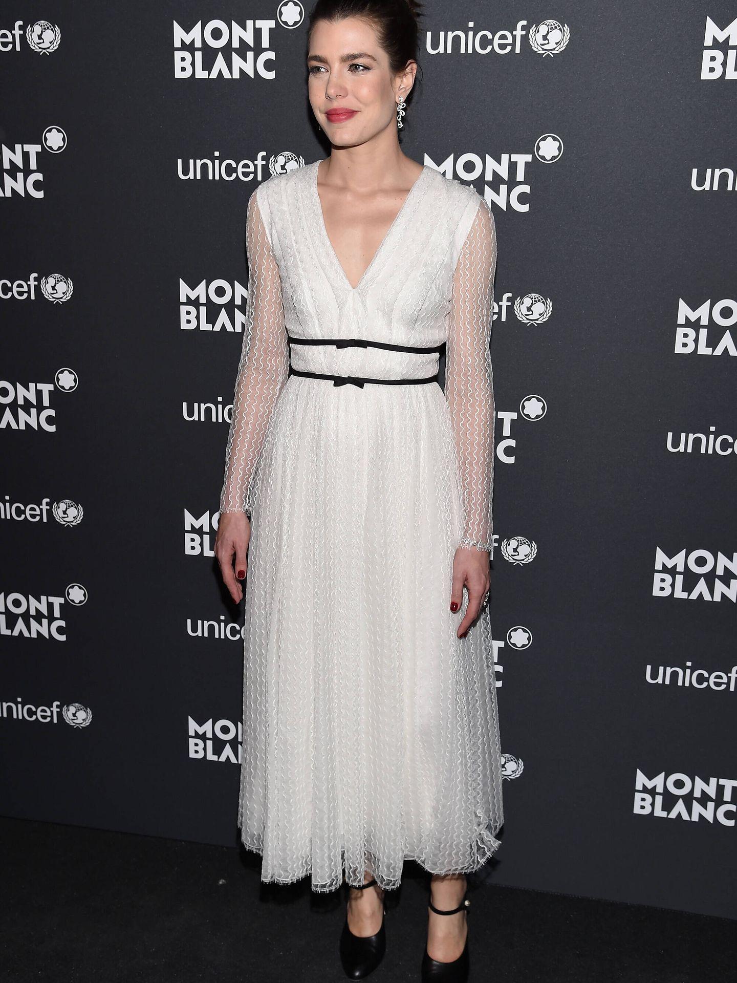 Carlota Casiraghi con vestido blanco y detalle de lazo en Nueva York. (Getty)