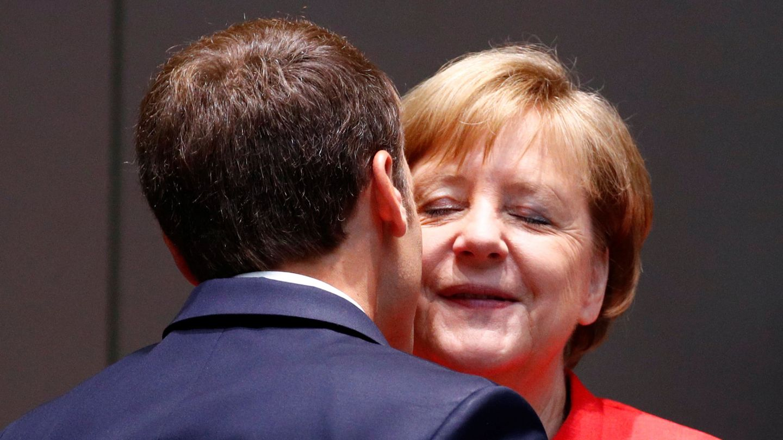 El presidente francés y la canciller alemana se saludan durante una cumbre. (Reuters)