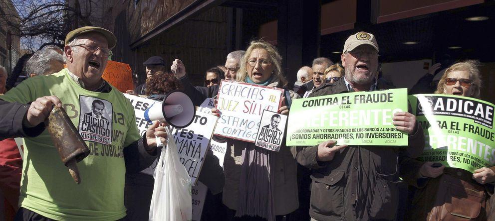 Foto: Protesta de 'preferentistas' ante la Audiencia Nacional el día en el que Miguel Blesa acudió a declarar (EFE).