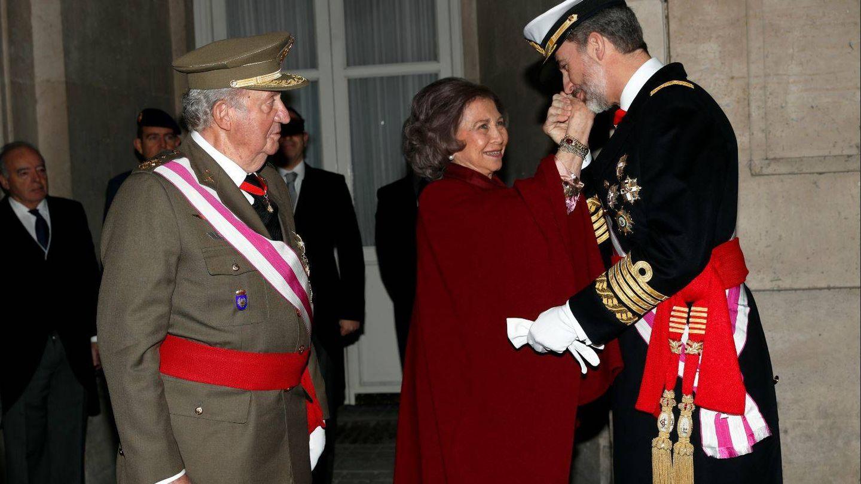 El rey Felipe besa a la reina Sofía en presencia del rey Juan Carlos, en la Pascua Militar. (Getty)