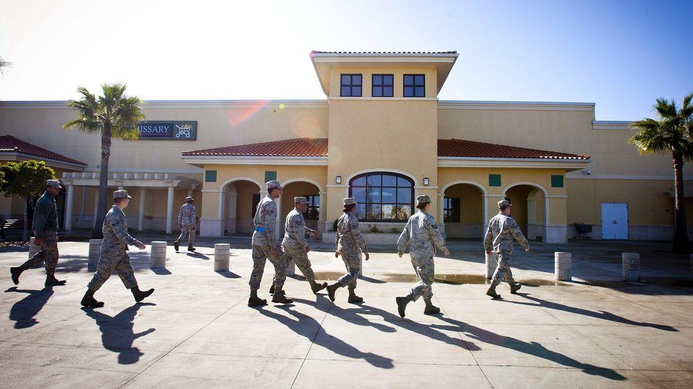 Foto: Soldados y personal de la Base Naval de Rota. (EFE)