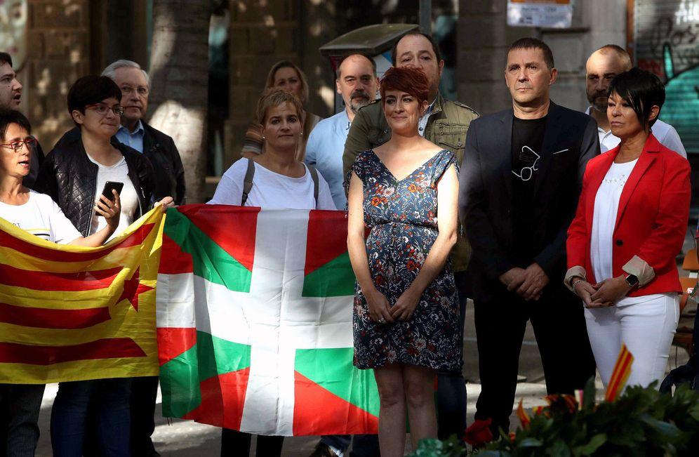 Foto: Otegi y otros dirigentes de EH Bildu participan en la ofrenda floral al monumento a Rafael Casanova con motivo de la celebración de la pasada Diada. (EFE)
