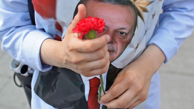 Imagen de un seguidor de Erdogan durante la campaña electoral. (EFE)
