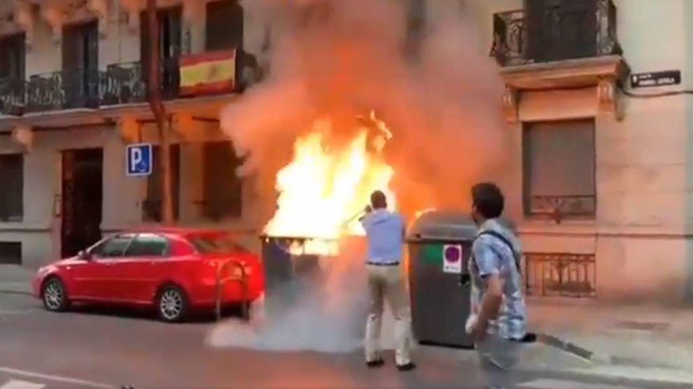 Ortega Smith apaga un contenedor en llamas al lado de la sede de Vox en Madrid