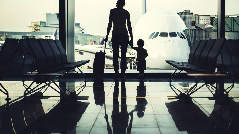 Foto: Seguro que ahora se lo piensa dos veces antes de mandar a su hijo solo en avión. (iStock)