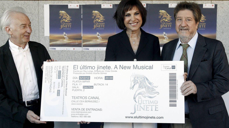 Con Albert Boadella y Concha García Campoy, promocionando el musical 'El último jinete', del que fue productor. (EFE)