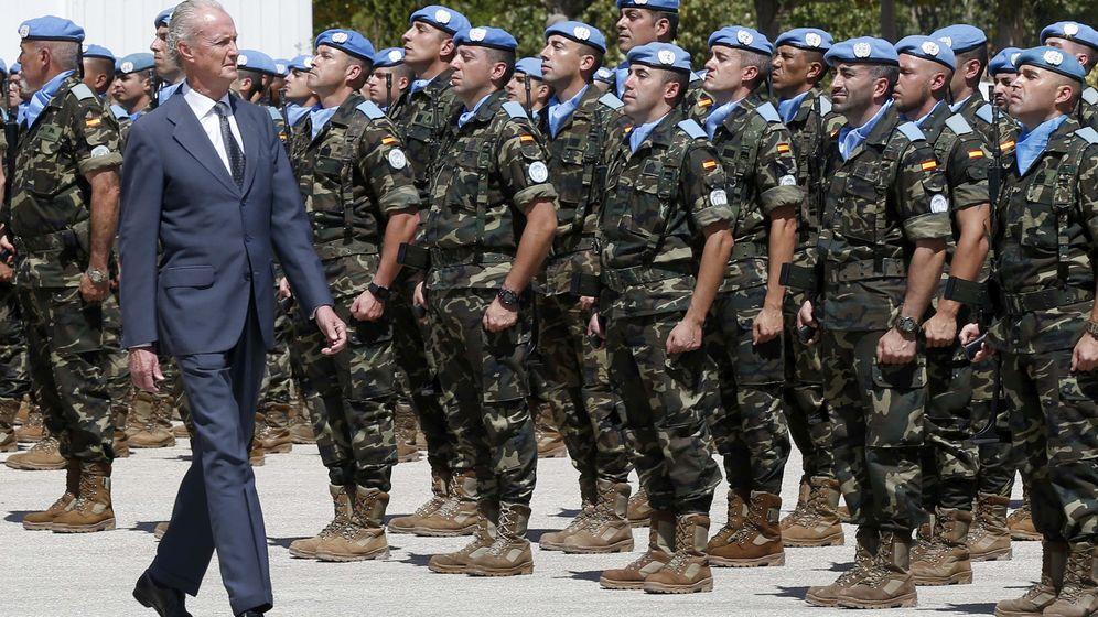 Foto: Pedro Morenés en Líbano para visitar la misión de cascos azules que cumple 10 años. (Foto: EFE)