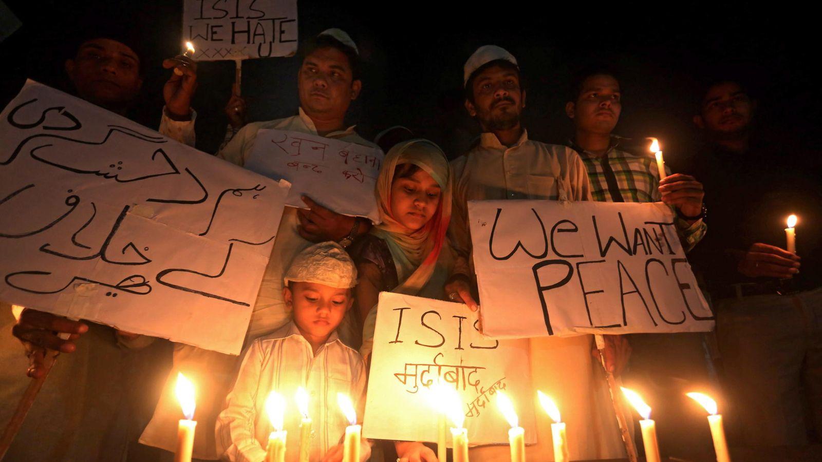 Foto: Vigilia de indios musulmanes por las víctimas de París. (EFE)