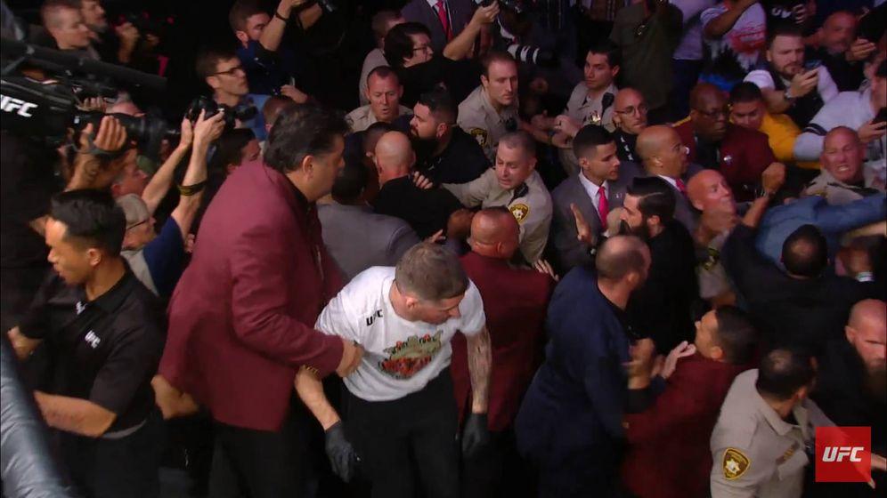 Foto: Khabib peleándose con el equipo de McGregor