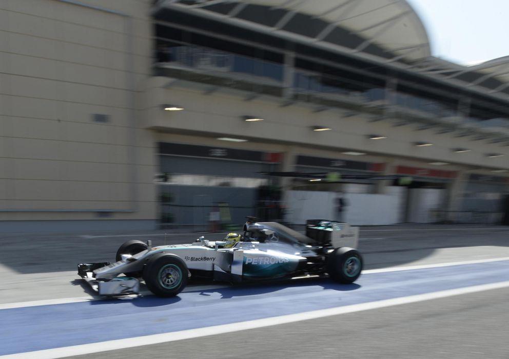 Foto: Mercedes pisa fuerte sobre el asfalto de Bahrein.