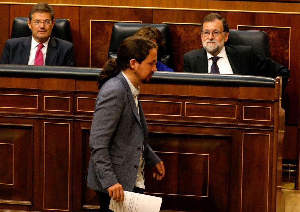 Foto: Pablo Iglesias se dirige a la tribuna de oradores del Congreso delante de Mariano Rajoy, el pasado 30 de agosto. (Reuters)