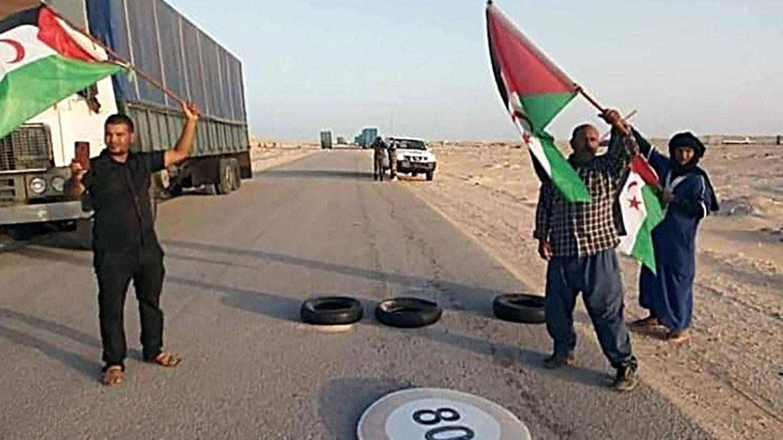 Decenas de saharauis llegados desde las zonas liberadas y los campos de refugiados en Argelia llegaron al paso fronterizo de Guerguerat. (EFE)