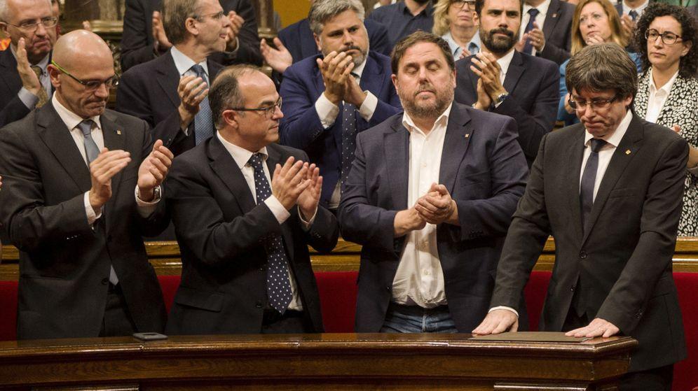 Foto: El presidente de la Generalitat, Carles Puigdemont (d), recibe el aplauso de los miembros del Govern tras su comparecencia. (EFE)