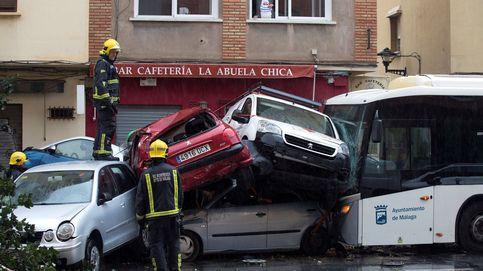 Un conductor de la EMT de Málaga arrolla a nueve coches y árboles tras sufrir un infarto