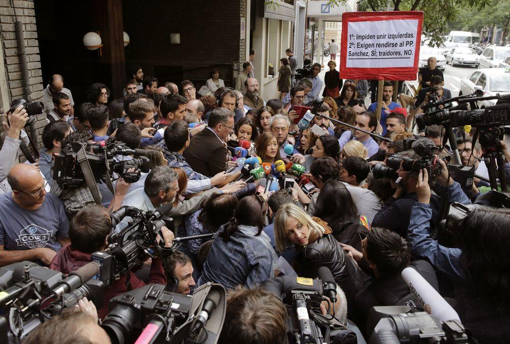 Foto: Una nube de periodistas rodean a la sevillana Verónica Pérez, presidenta del comité federal del PSOE, atendiendo a los medios a las puertas de Ferraz. (EFE)