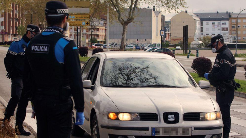 Foto: Varios agentes de policía, en un control en Ponferrada. (EFE)